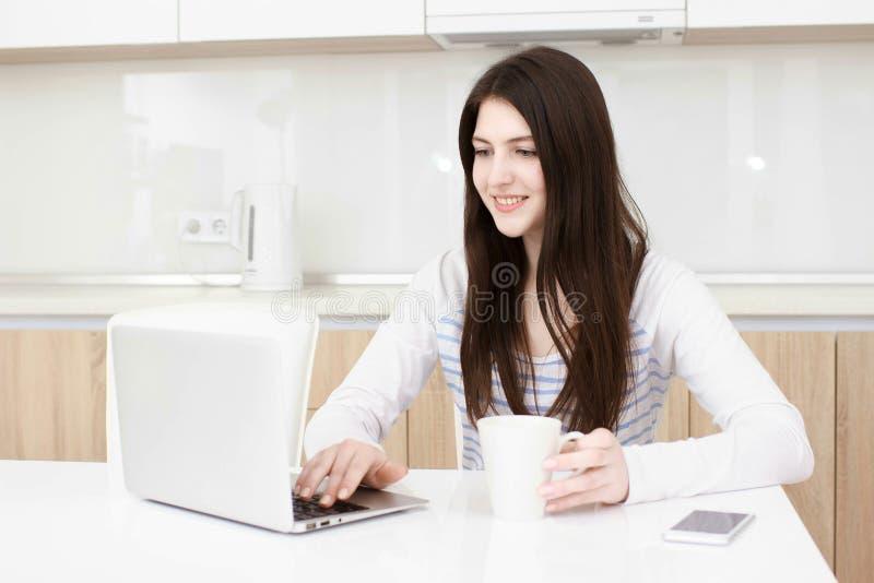 Biznesowa kobieta pracuje od ona do domu multitasking zdjęcia royalty free
