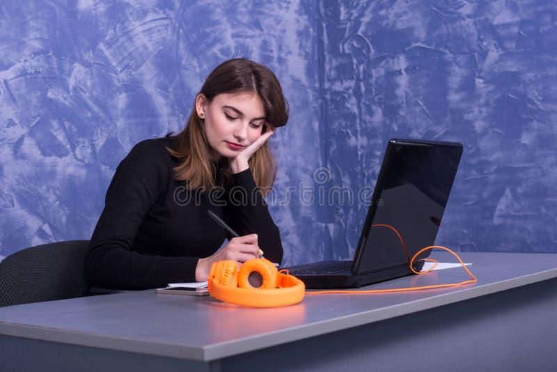 Biznesowa kobieta pracuje przy laptopem, daleka praca zdjęcie royalty free