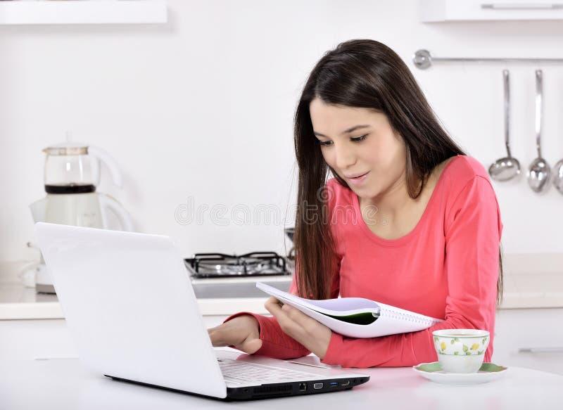 Biznesowa kobieta pracuje w domu zdjęcia royalty free