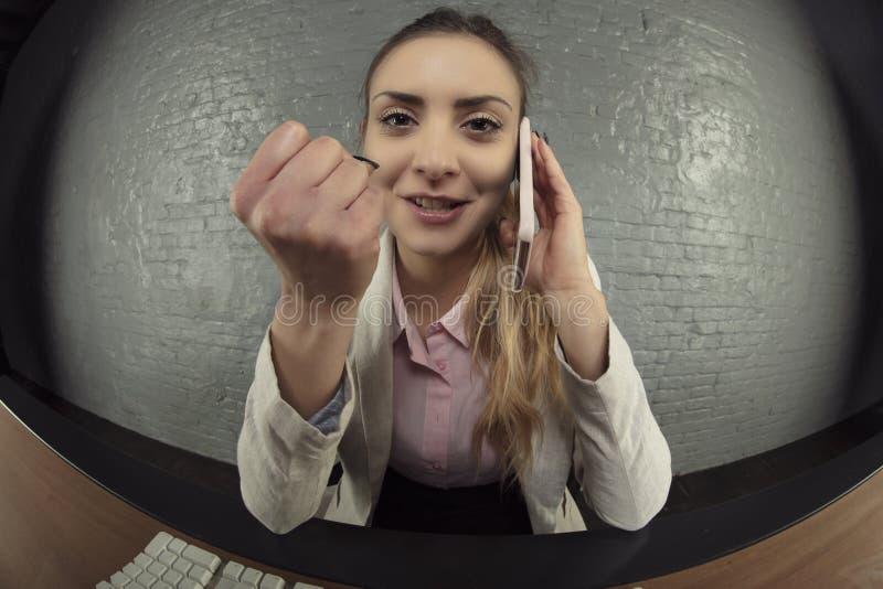 Biznesowa kobieta prowadzi ostre rozmowy nad telefonem obrazy stock