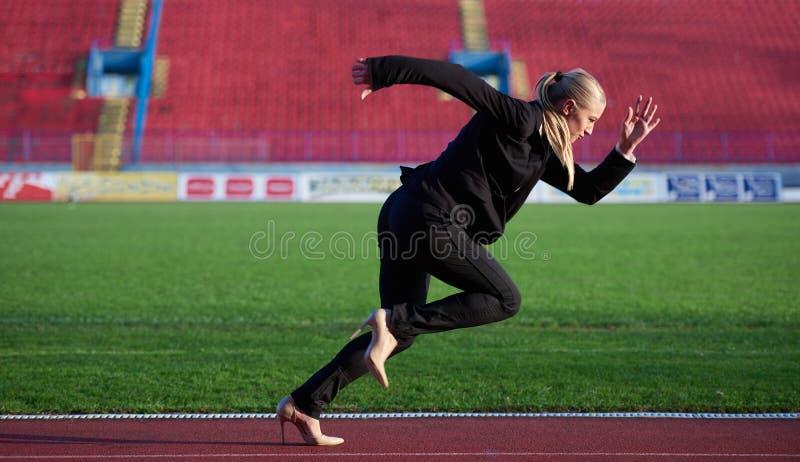 Biznesowa kobieta przygotowywająca biec sprintem obrazy stock