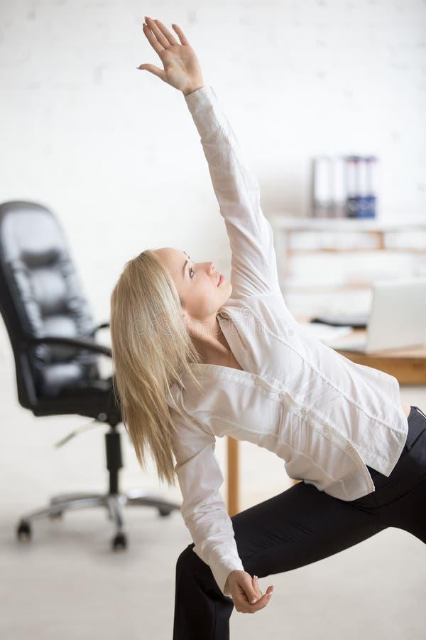 Biznesowa kobieta robi joga ćwiczeniu zdjęcie royalty free