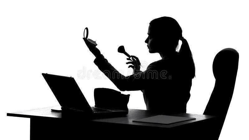 Biznesowa kobieta robi makeup przy miejsce pracy, przygotowanie dla biznesowego spotkania obrazy stock