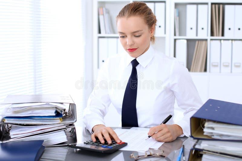 Biznesowa kobieta robi raportowi lub sprawdza równowagę, cyrklowanie fotografia royalty free