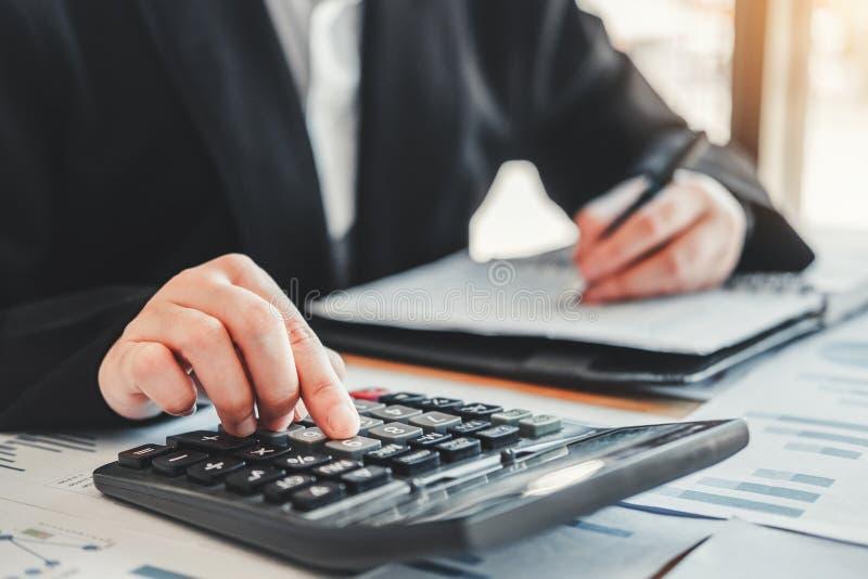 Biznesowa kobieta Rozlicza Pieniężną inwestycję na kalkulator Kosztującym Ekonomicznym rynku i biznesie obraz royalty free