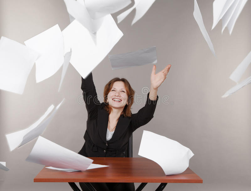 Biznesowa kobieta rzuca up dokumenty zdjęcia royalty free