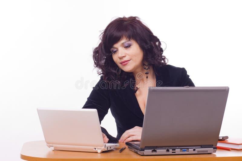 Biznesowa kobieta siedzi przed komputerem zdjęcie royalty free