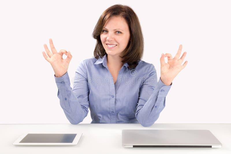 Biznesowa kobieta siedzi przed laptopem i pastylką obraz stock