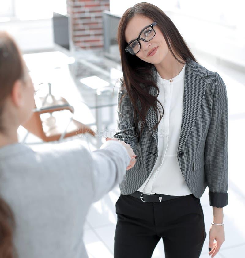 Biznesowa kobieta spotyka klienta z uściskiem dłoni zdjęcia stock