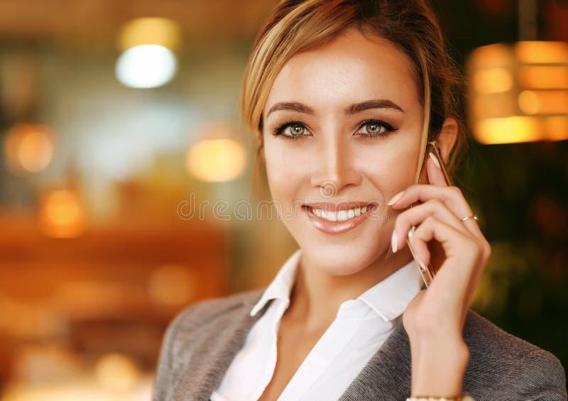 Biznesowa kobieta target270_0_ na telefon komórkowy obrazy royalty free
