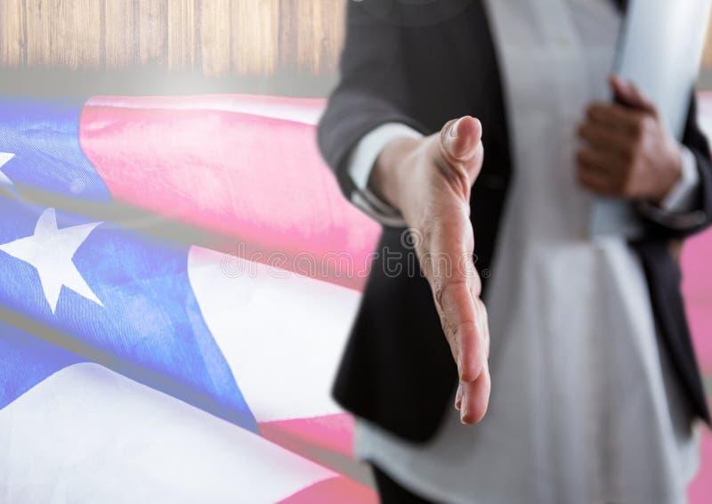 Biznesowa kobieta trząść jej rękę przeciw flaga amerykańskiej zdjęcia stock