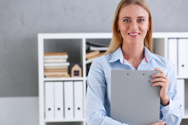 Biznesowa kobieta trzyma writing pastylkę zdjęcie royalty free