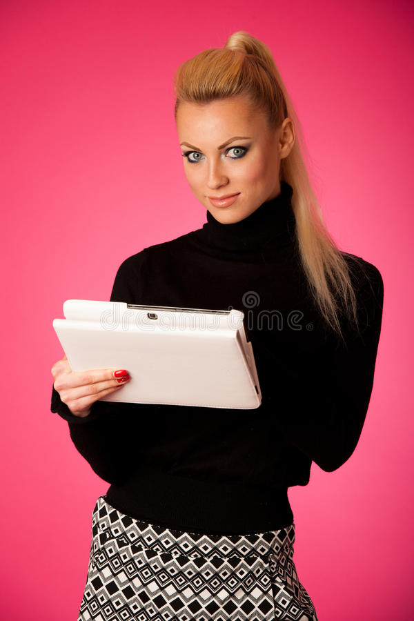 Biznesowa kobieta używa pastylka komputer, czytelniczą wiadomość i ono uśmiecha się, zdjęcie stock