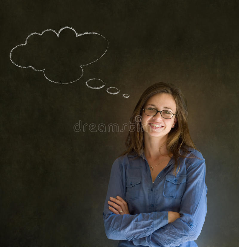 Kobieta z myśli główkowania kredy chmury rękami składał z szkłami obrazy stock