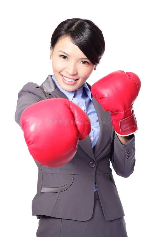 Download Biznesowa Kobieta Uderza Pięścią Bokserskimi Rękawiczkami Zdjęcie Stock - Obraz złożonej z lider, rywalizacja: 28954860