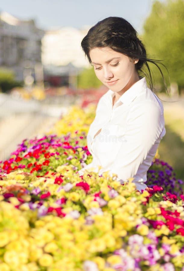 Biznesowa kobieta wśród kwiatów obraz stock