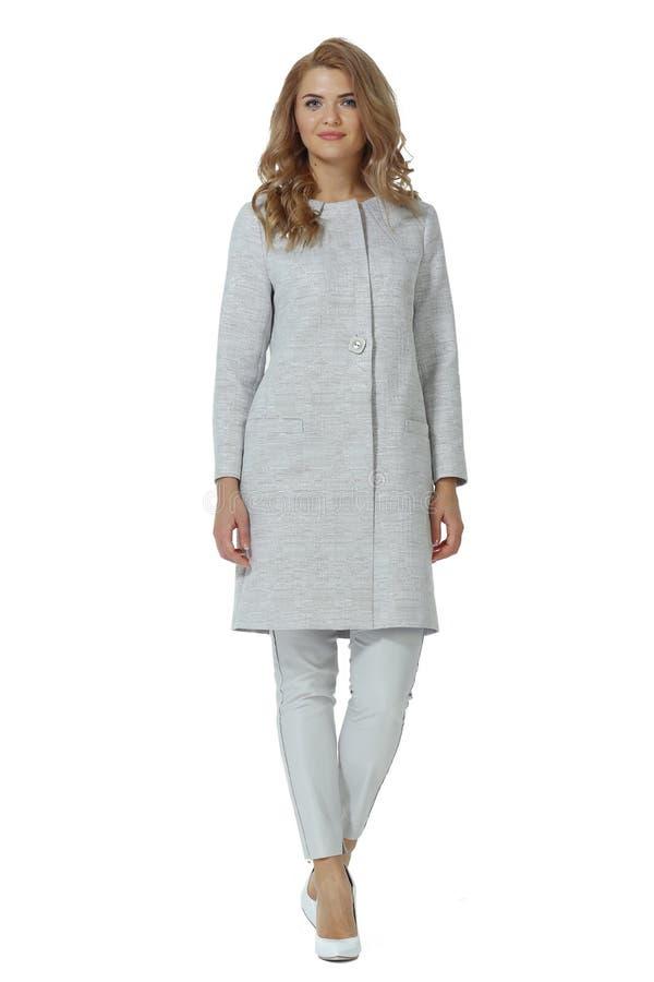 Biznesowa kobieta w szarego woolen żakieta szpilki szpilek spodniowych białych butach fotografia stock