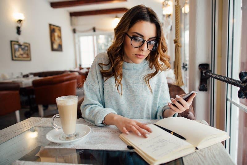 Biznesowa kobieta w szkło pracach fotografia royalty free