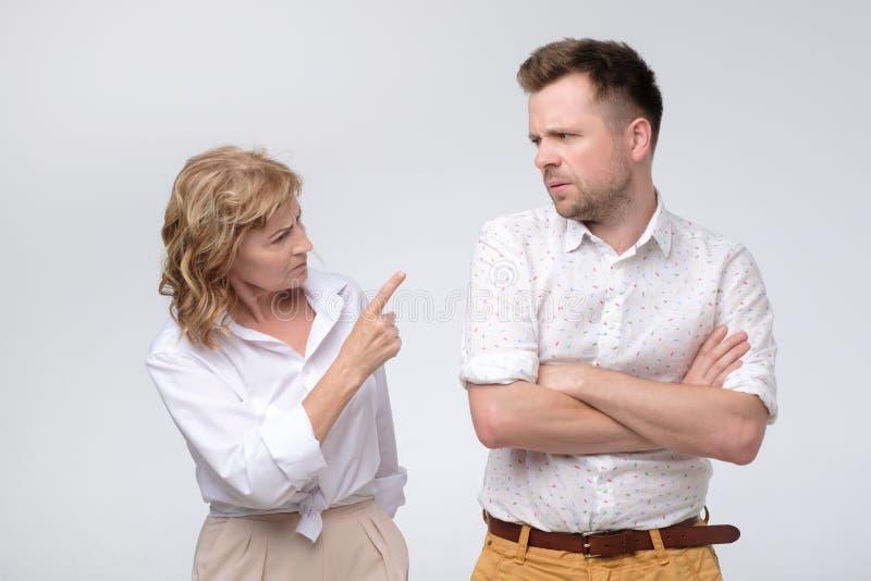 Biznesowa kobieta wskazuje przy jej coworker wini on obraz stock