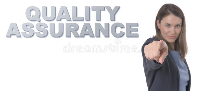 Biznesowa kobieta wskazuje teksta zapewnienia jakości pojęcie zdjęcia stock