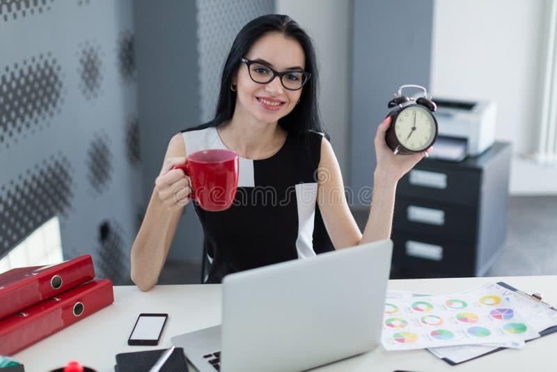 Biznesowa kobieta z budzikiem i filiżanką kawy obraz royalty free
