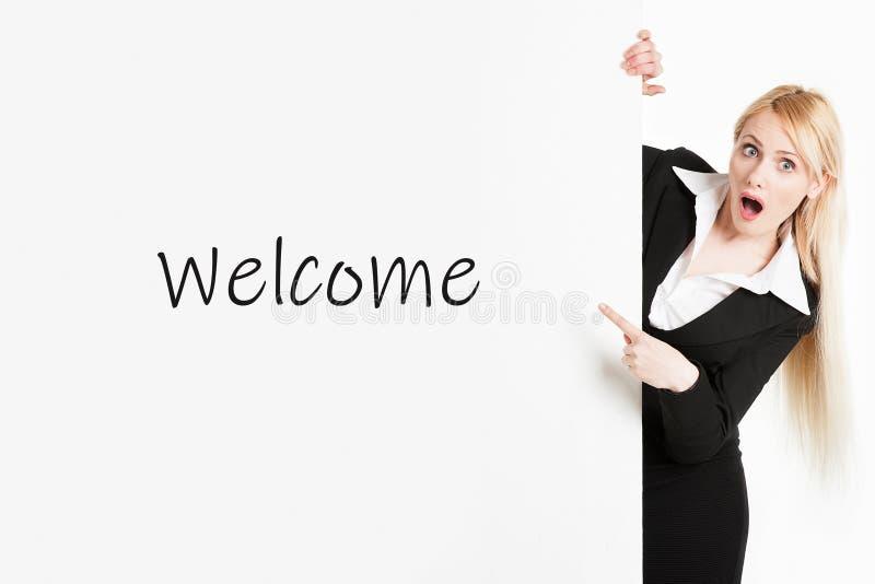 Biznesowa kobieta z długie włosy mieniem znak powitalny deska zdjęcia stock