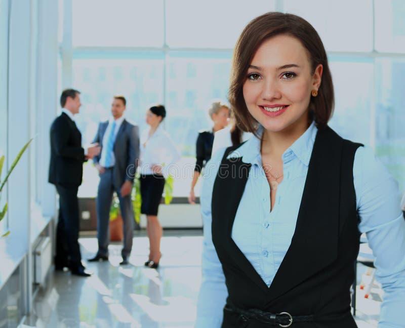 Biznesowa kobieta z jej drużyną przy biurem fotografia stock