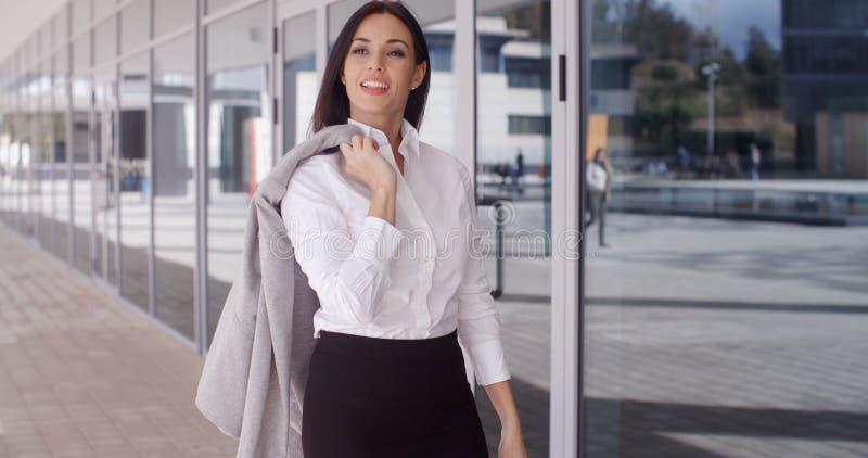 Biznesowa kobieta z kurtką nad ramieniem obrazy stock