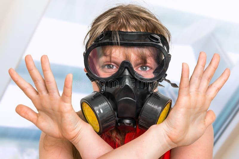 Biznesowa kobieta z maską gazową pokazuje negatywnego gest obrazy royalty free