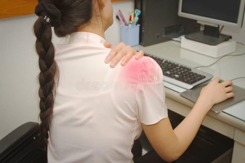 Biznesowa kobieta z ramię bólem w biurze obraz royalty free