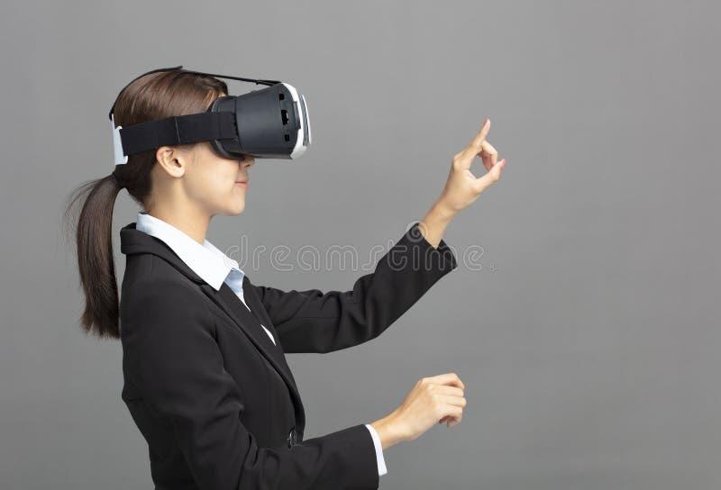 biznesowa kobieta z rzeczywistość wirtualna gogle obraz stock