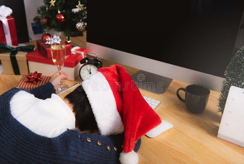 Biznesowa kobieta z Santa kapeluszowym dosypianiem na biurka biurze obrazy royalty free
