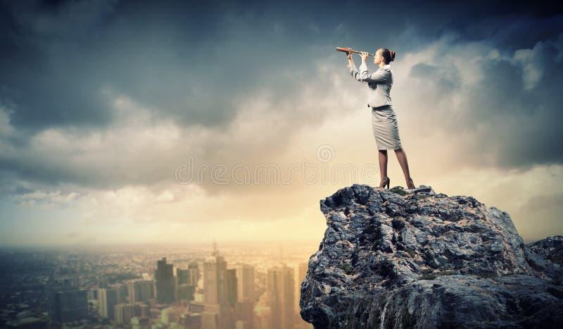 Biznesowa kobieta z teleskopem obrazy stock