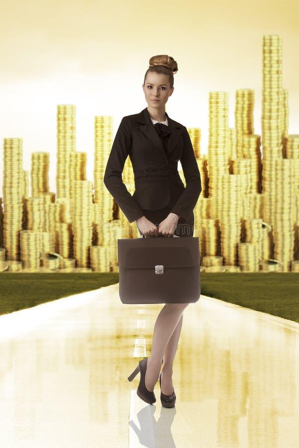 Biznesowa kobieta z wierza złocisty pieniądze na plecy fotografia royalty free