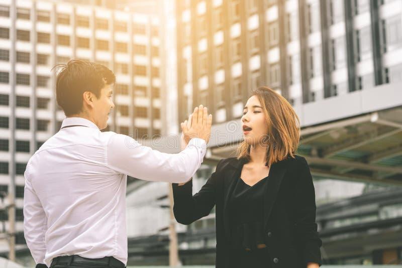Biznesowa kochanek para pięć dla sukcesu w nowożytnym mieście cześć obraz royalty free