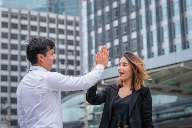 Biznesowa kochanek para pięć dla sukcesu w nowożytnym mieście cześć fotografia royalty free