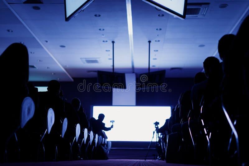 Biznesowa konferencja i prezentacja Widownia przy sala konferencyjną Tylni widok widownia w sala konferencyjnej lub obrazy stock