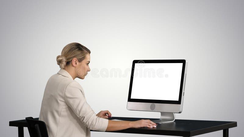 Biznesowa osoba pracuje przy stołem z komputerem na gradientowym tle zdjęcia royalty free