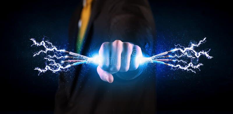 Biznesowa osoba trzyma elektrycznych zasilanych druty zdjęcie stock