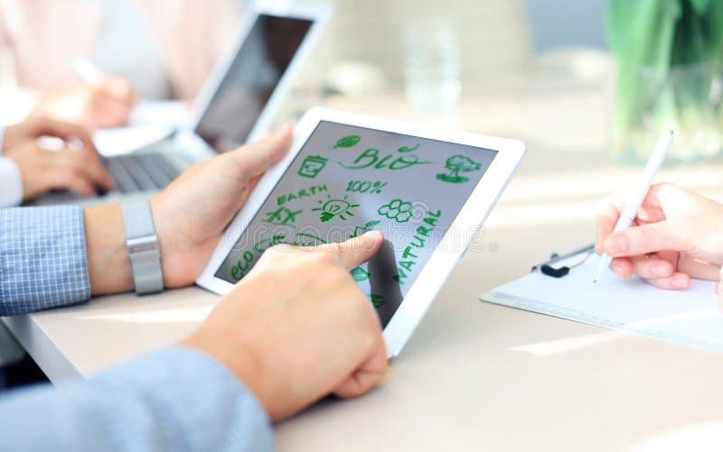 Biznesowa osoba używa dotyka ekran fotografia stock