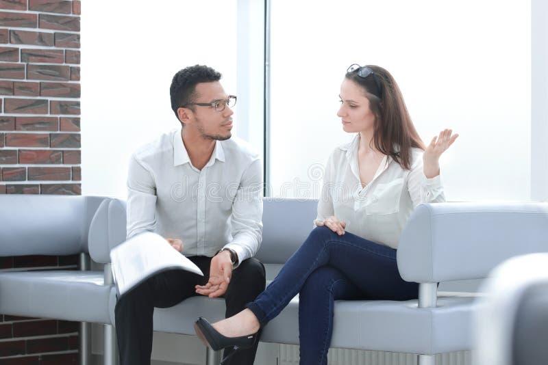 Biznesowa para dyskutuje pieniężnych dokumenty w biurze obraz royalty free