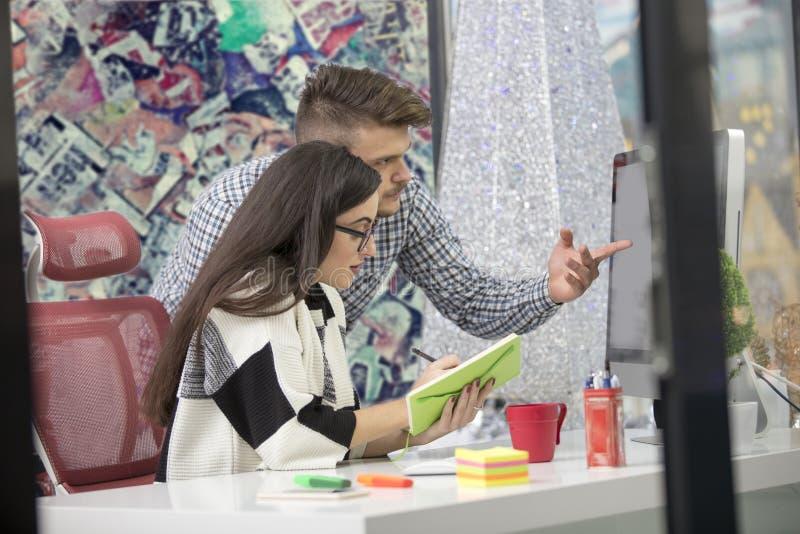 Biznesowa para pracuje wpólnie na projekcie przy nowożytnym początkowym biurem zdjęcie stock