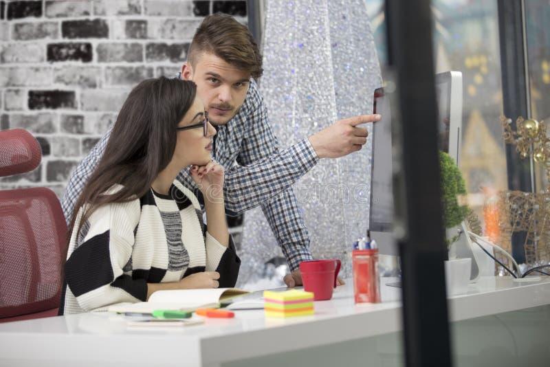 Biznesowa para pracuje wpólnie na projekcie przy nowożytnym początkowym biurem obrazy stock
