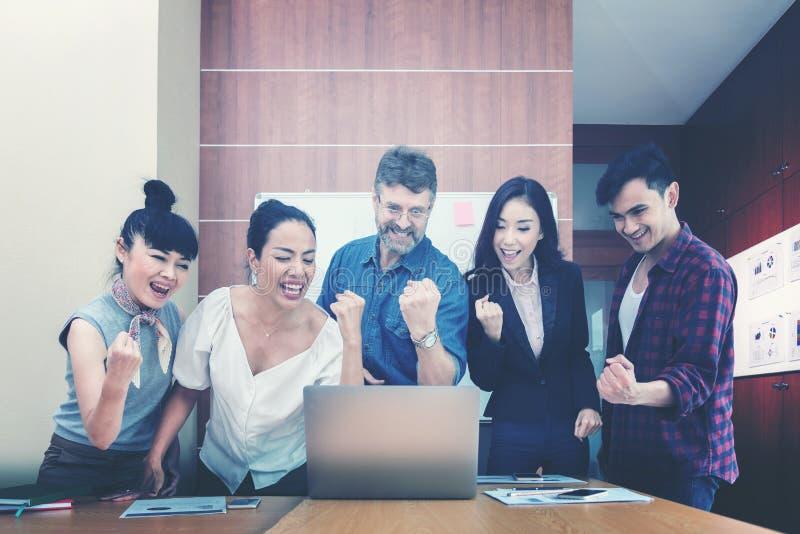 Biznesowa praca zespołowa świętuje dobrych projektów rezultaty zdjęcie royalty free