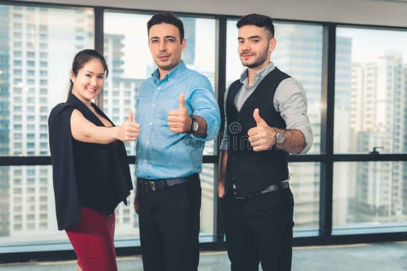 Biznesowa praca zespołowa Daje aprobatom i Patrzeje kamerę, w górę portreta ludzie biznesu Pokazuje podwyżek ręki W górę dla obrazy stock