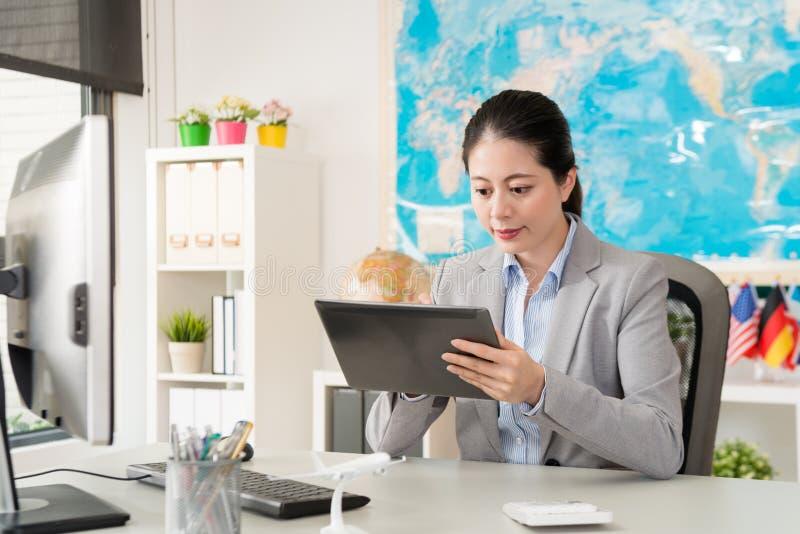 Biznesowa pracownik kobieta używa mobilną cyfrową pastylkę zdjęcia stock