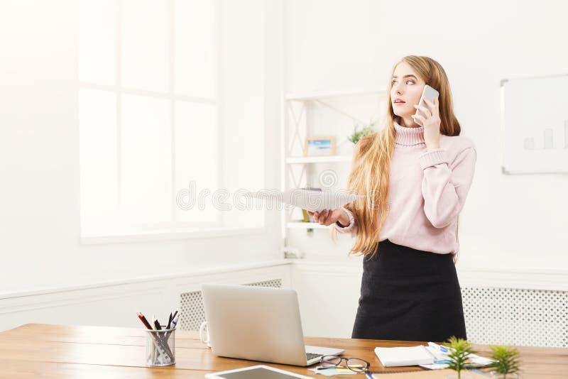 Biznesowa rozmowa, kobieta konsultuje telefonem przy biurem obrazy stock