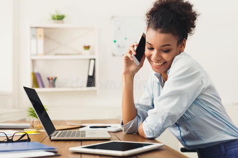 Biznesowa rozmowa, kobieta konsultuje telefonem przy biurem fotografia royalty free
