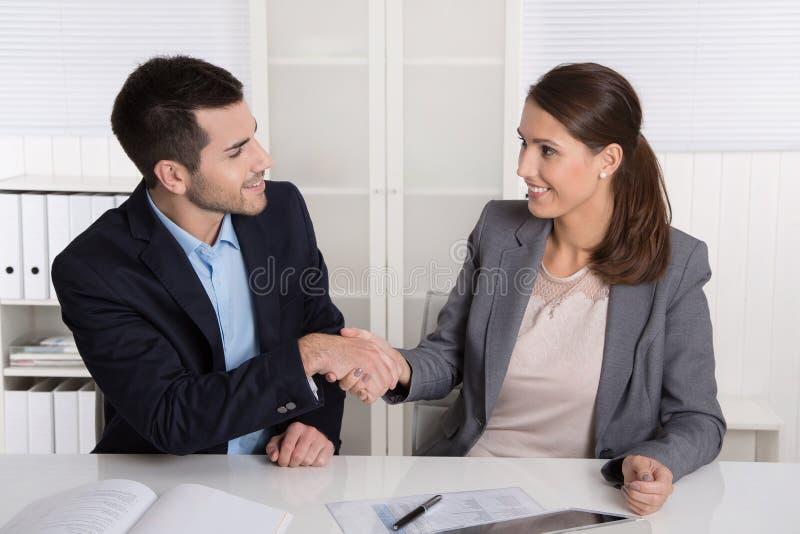 Biznesowa rozmowa z chwianie rękami: doradca, klient i piekło zdjęcia stock