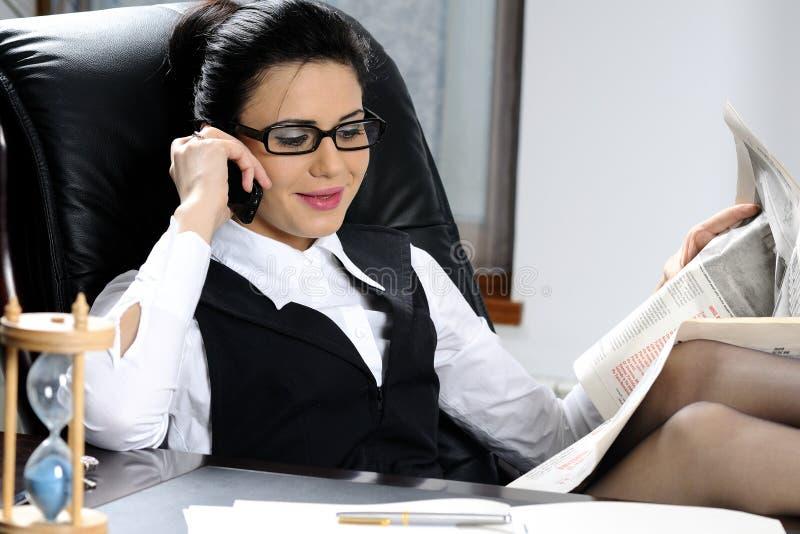 biznesowa słuchająca pomyślna kobieta obraz stock